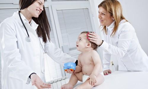 Осмотр ребенка врачом при насморке