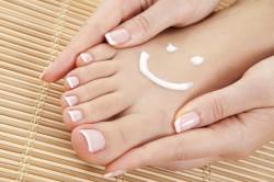 Нанесение согревающего крема для ног
